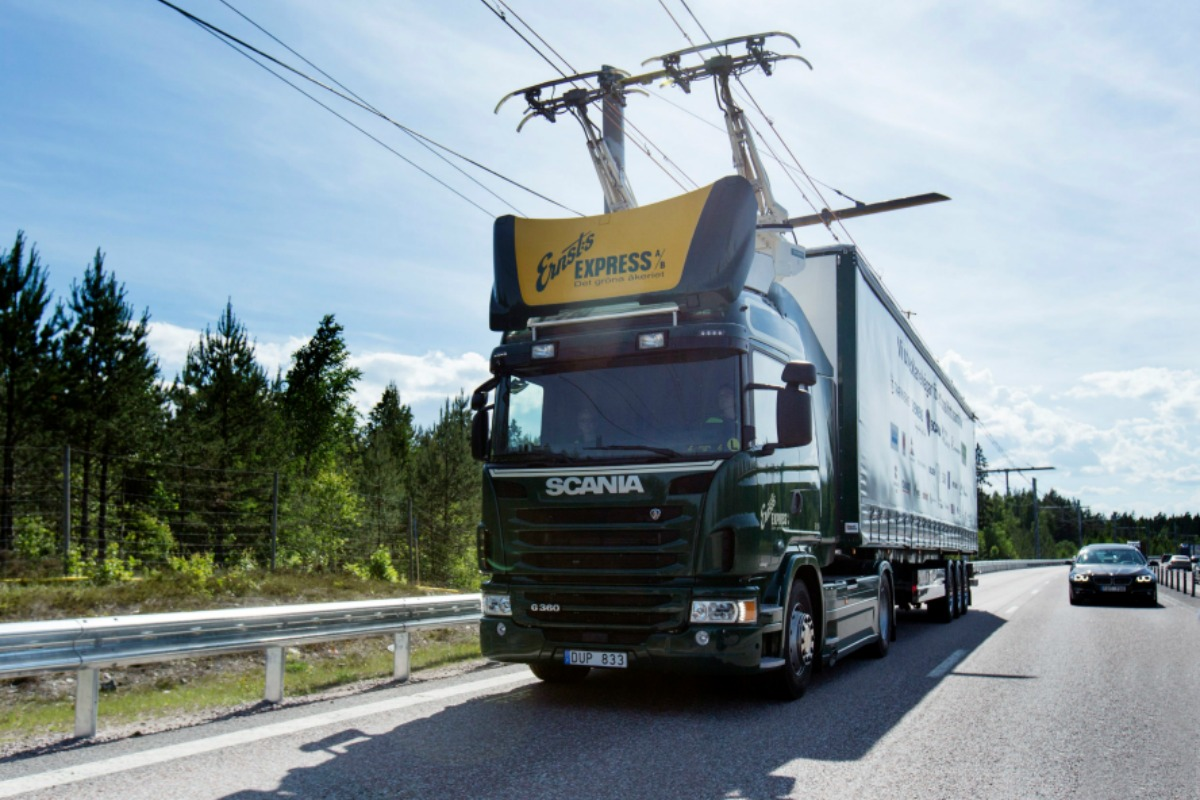 Hybrid Scania truck travels along the eHighway (Image copyright: Scania CV AB)